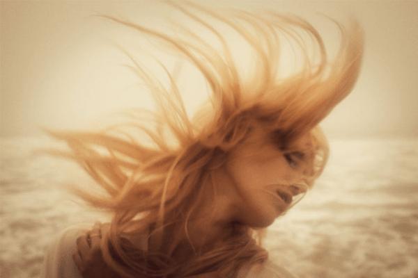 sonhar com cabelos ao vento
