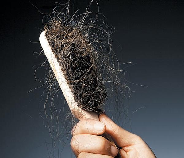 Ter sonhos com cabelo caindo