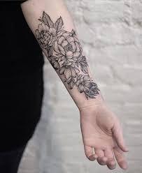sonahr com tatuagem de flor