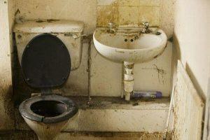 sonhar com banheiro sujo