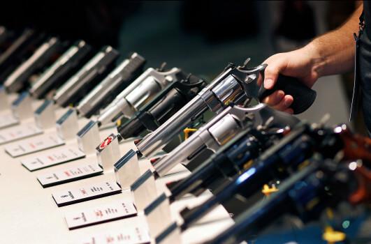 sonhar que está comprando armas