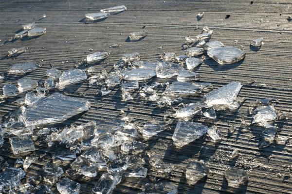 Sonhar com vidro quebrado: o que significa?