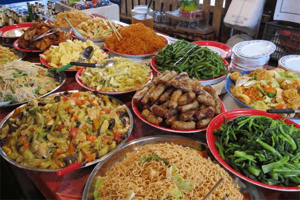 Sonhar com muita comida: o que isso significa?