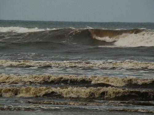 Sonhar com água suja no mar