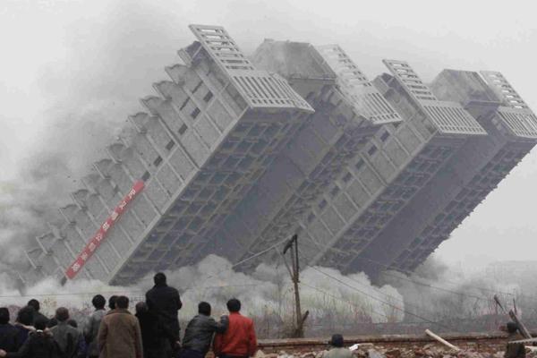 Sonhar com prédio caindo