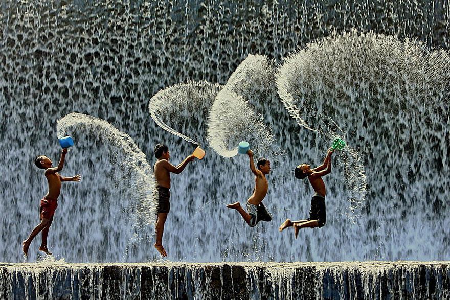 Crianças brincando com a água
