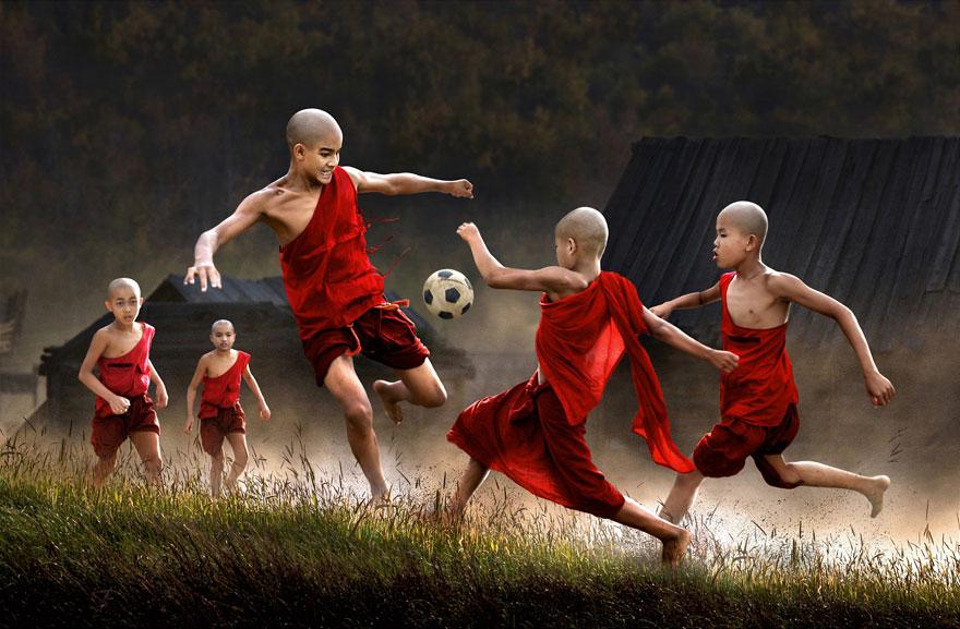 Crianças jogando futebol