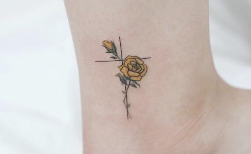 Tatuagem rosa amarela