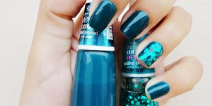 unha azul petróleo
